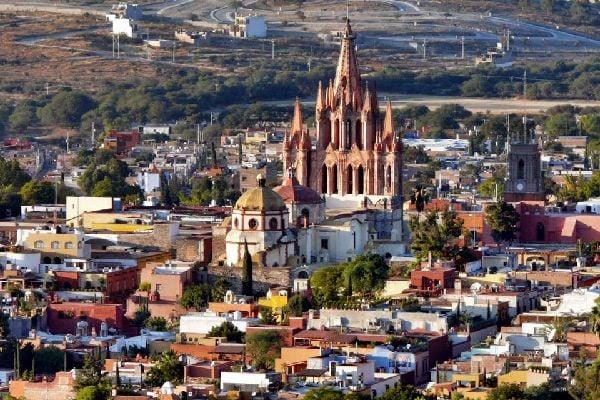 Encantadora aldea barroca que domina la llanura fértil de Bajio, San Miguel ha sido colonizada por artistas americanos, escuelas de arte y de idiomas y albergues con encanto. Esta joya colonial sigue siendo una de las etapas con más encanto de un viaje a México....