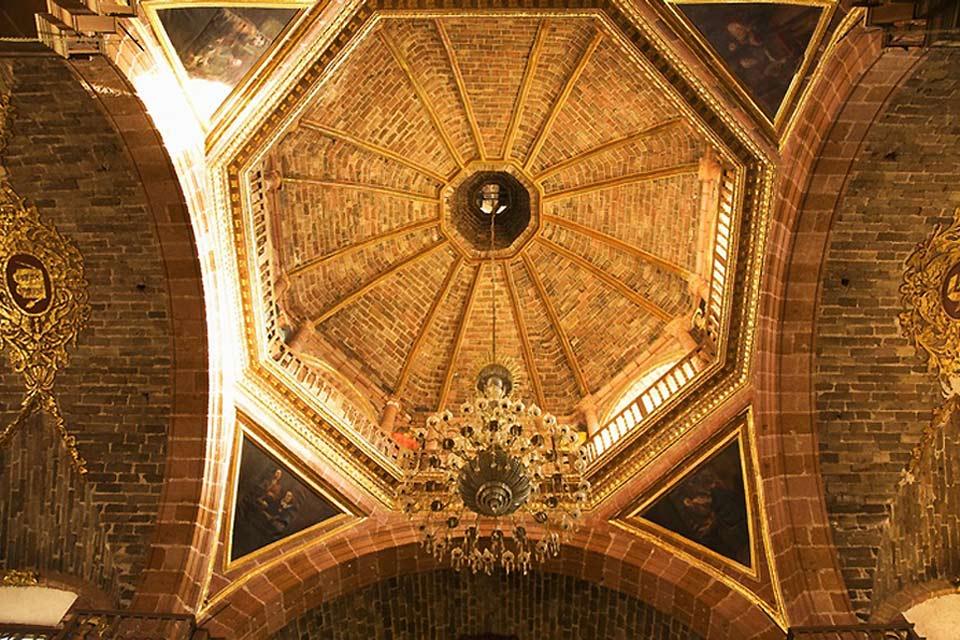 Un'architettura murale molto antica composta da materiali preziosi come l'oro.