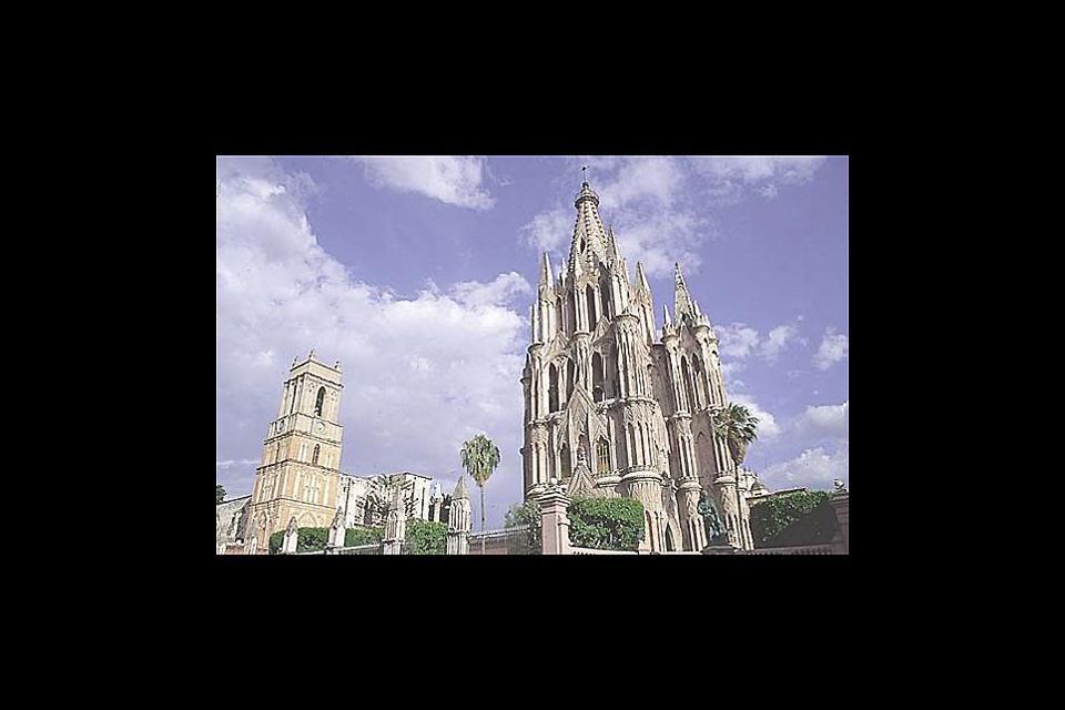 La cathédrale, de couleur rose,est une merveille de l'architecture gothique. Elle a été construite par les Indiens qui se sont inspirés des cathédrales françaises.