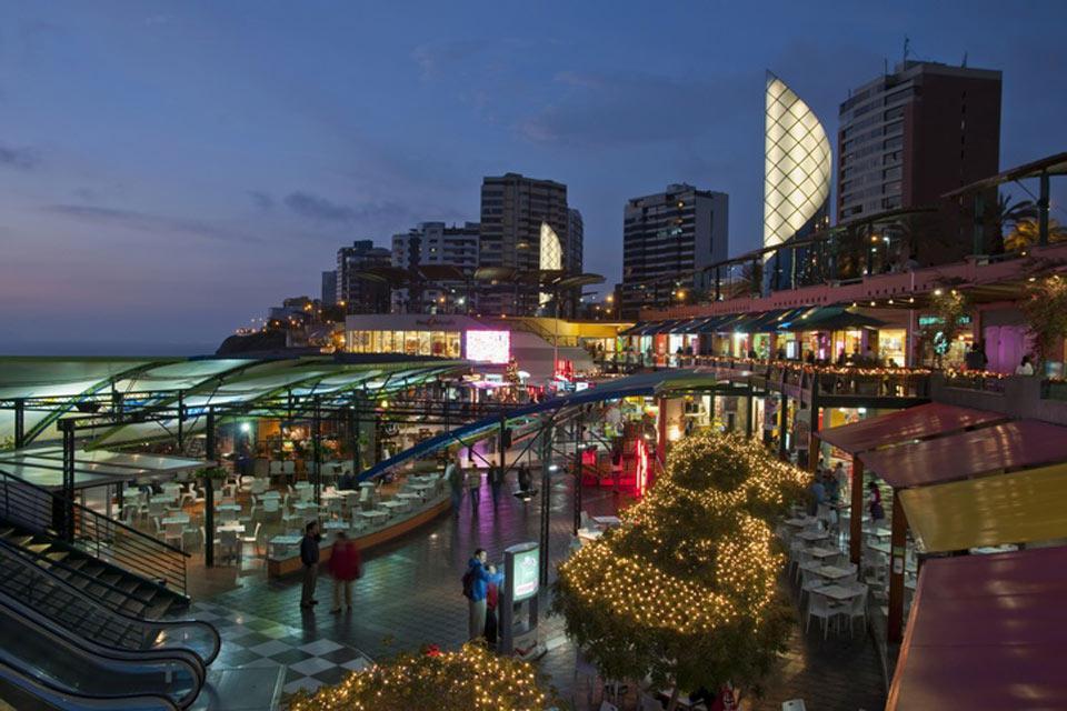A pochi passi dal mare, il Larcomar Shopping Center è un luogo di divertimento per molti turisti.