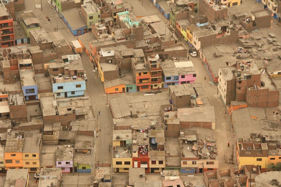 Vista dall'alto delle case coloratissime di Lima.