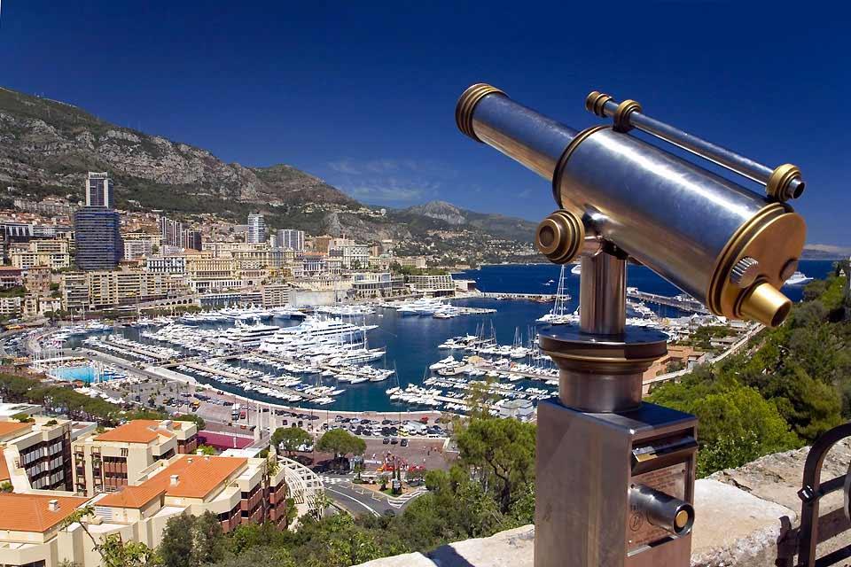 La Principauté de Monaco est l'un des plus petits états d'Europe et se compose de différents quartiers qu'il faut connaître pour s'orienter. Fontvieille et son petit port se tient à l'ouest, il voisine Monaco Ville où se dresse le Palais Princier sur le fameux « Rocher », ensuite se trouve La Condamine, plus loin le Larvotto... Monte-Carlo est au cœur de la principauté, perché sur les hauteurs, ...