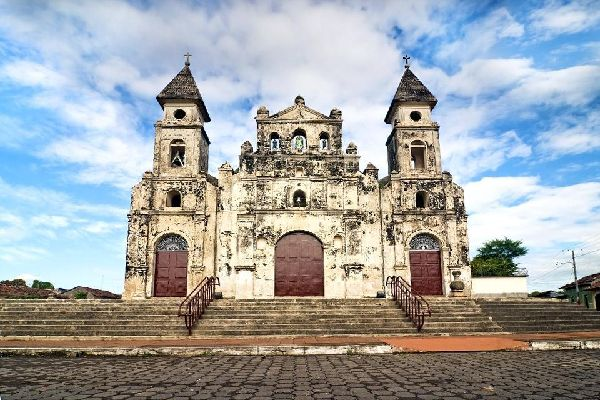 Completed in 1626, the church went through many long periods of conflicts before being burnt down in the 19th century. The restoration was a rather hazardous affair.