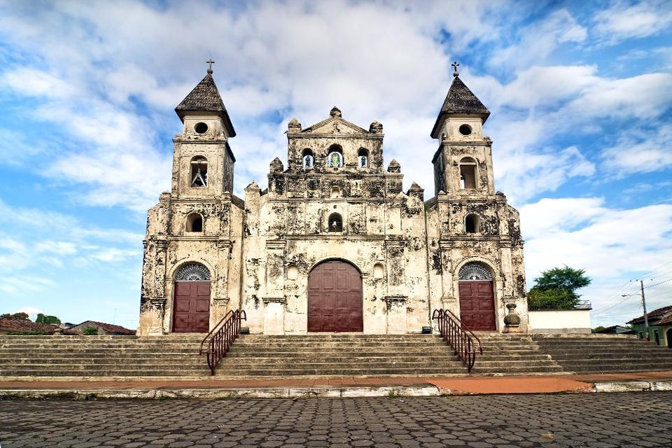 Finalizada en 1626, la iglesia vivió largos períodos de conflictos antes de incendiarse en el siglo XIX. La restauración fue bastante arriesgada.