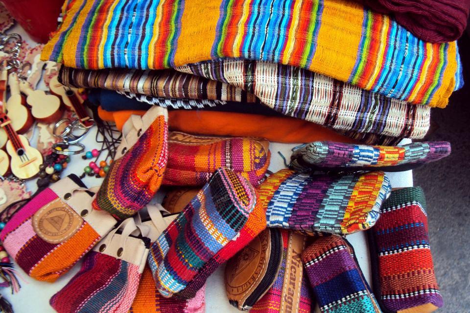 Es muy colorida y suele ser muy apreciada por los turistas. Especialmente por sus magníficas bolsas y accesorios.