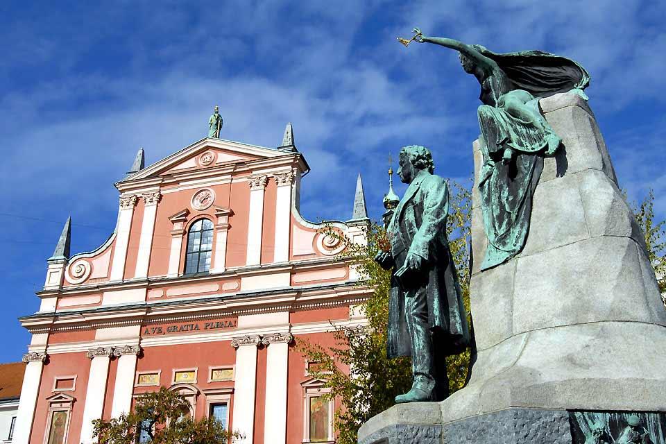La capitale Ljubljana est située géographiquement au cœur du pays. Le patrimoine architectural de la ville est riche en monument de toutes sortes et de toutes les époques, de l'Antiquité au XIXème siècle. Elle est marquée par le sceau d'un architecte de renommée internationale, Joze Plecnik, qui bâti des ponts célèbres ainsi que le marché ou encore la Bibliothèque nationale et universitaire. ...