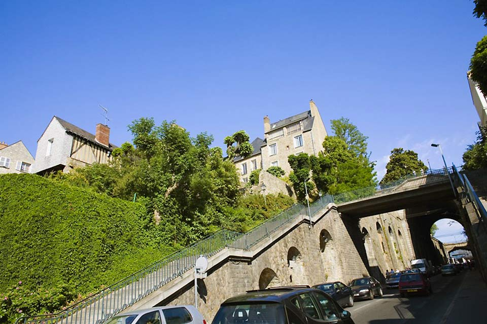 The city of Le Mans has successfully preserved its green spaces and developed its various hills: the 'Butte du Vieux-Mans', the 'Butte de Beauregard', etc.