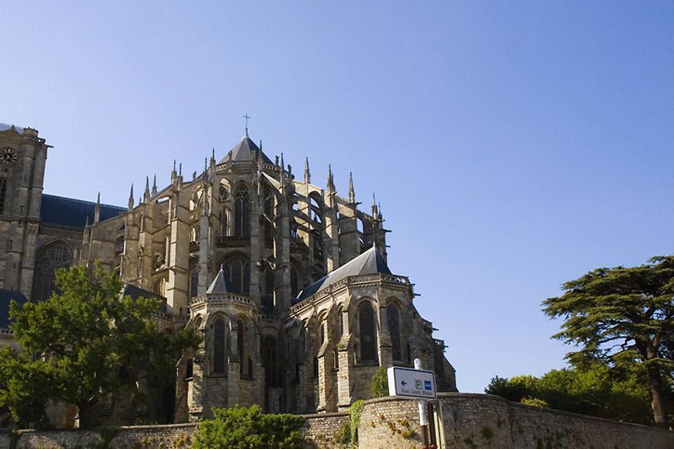 La Cathédrale, témoignage du style gothique-angevin fait partie des plus grands édifices de l'époque gothique-romane en France.