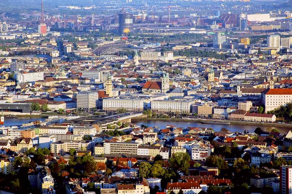 Troisième ville d'Autriche, capitale de la Haute-Autriche, Capitale Européenne de la Culture en 2009, Linz, ancrée sur les rives du Danube, séduit par sa vieille ville et sa diversité culturelle. On arpente la Hauptplatz, une grande place bordée de jolies maisons et palais baroques. Sa colonne en marbre blanc signe l'emblème de la ville. Vous ne manquerez pas non plus de repérer l'Alte Rathaus (ancien ...