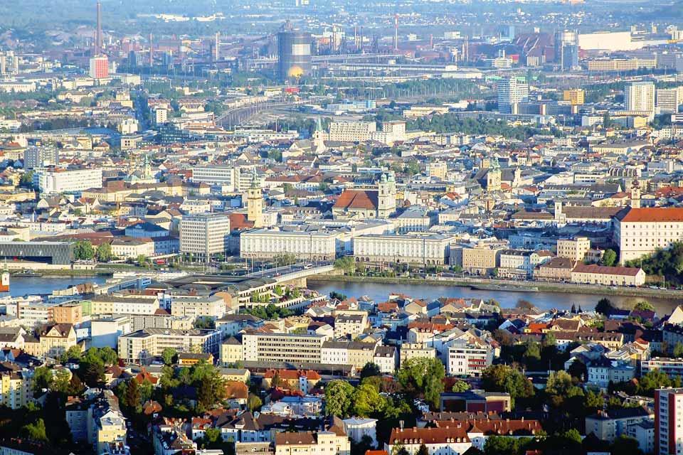 Le Danube, véritable axe commercial, explique le développement de la ville qui est la capitale du Land de Haute-Autriche.