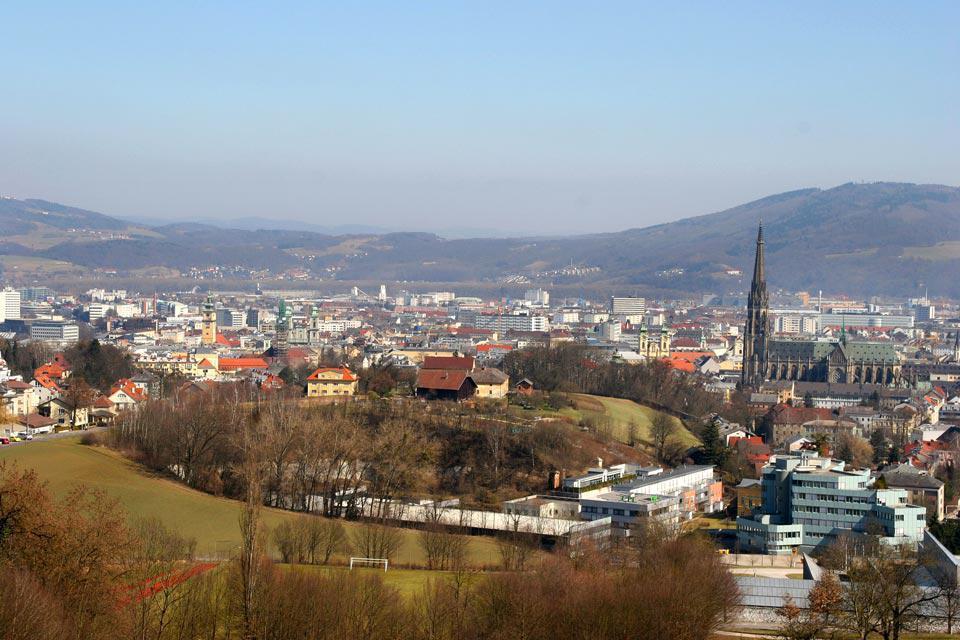 La cathédrale située dans la vieille ville est la plus grande d'Autriche, elle peut accueillir jusqu'à 20 000 personnes. Elle est célèbre pour ses magnifiques vitraux.