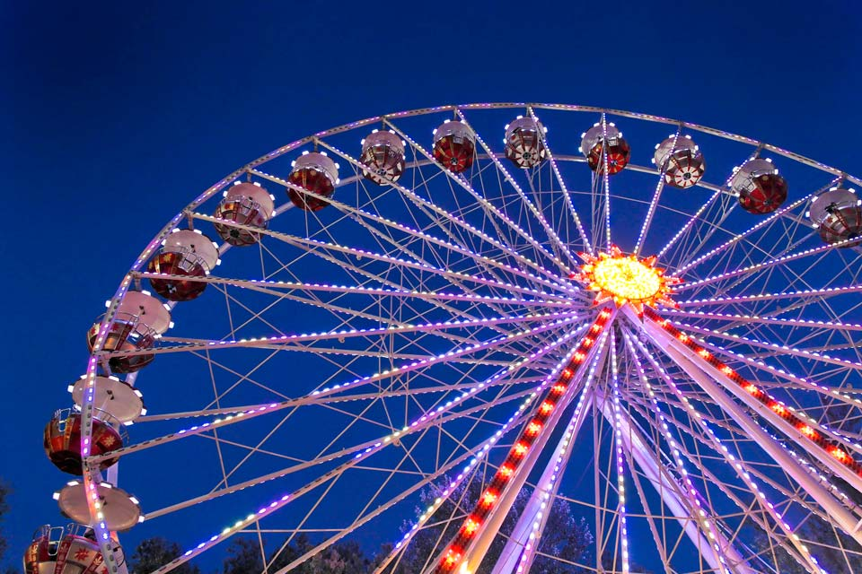 This Ferris wheel is reminiscent of the one in the Trocadéro area in Paris.