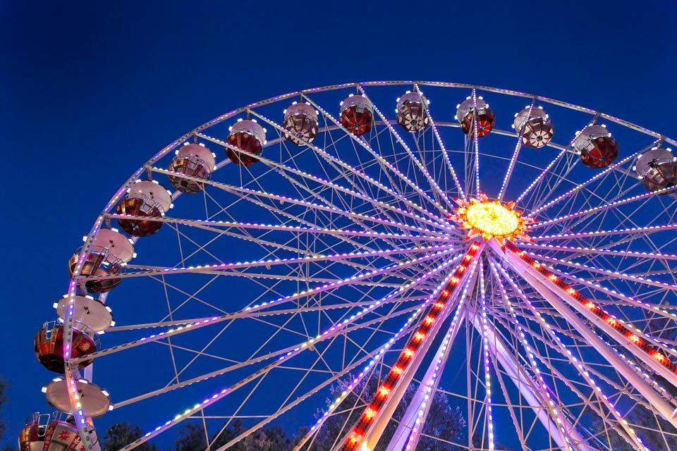 La grande roue fait penser à celle du trocadéro à Paris.