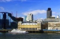 Londres es todo un universo en sí misma. Tiene 7,5 millones de habitantes (de los cuales 2,8 viven en el centro), su extensión es de 167 km² (lo que equivale a unas dos veces la superficie de la ciudad de Madrid) y consta de una multitud de barrios, cada uno con su propia atmósfera. El corazón histórico de la ciudad, la City se despliega alrededor de la Torre de Londres y del puente de la Torre. En ...