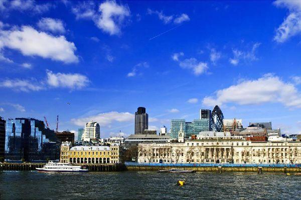 Londres est un univers à elle seule. Rassemblant 7,2 millions d'habitants (dont 2,8 dans le centre), elle s'étend sur 167 km² (soit une fois et demie la superficie de Paris) et compte une myriade de quartiers qui ont chacun leur atmosphère propre. Coeur historique de la ville, la City se déploie autour de la Tour de Londres et de Tower bridge. Rive nord, l'ambiance est celle de Wall Street ; rive sud, ...