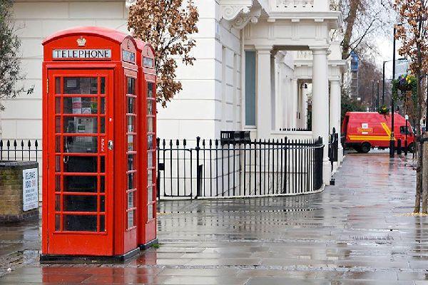 Los turistas suelen admirar estas cabinas telefónicas.