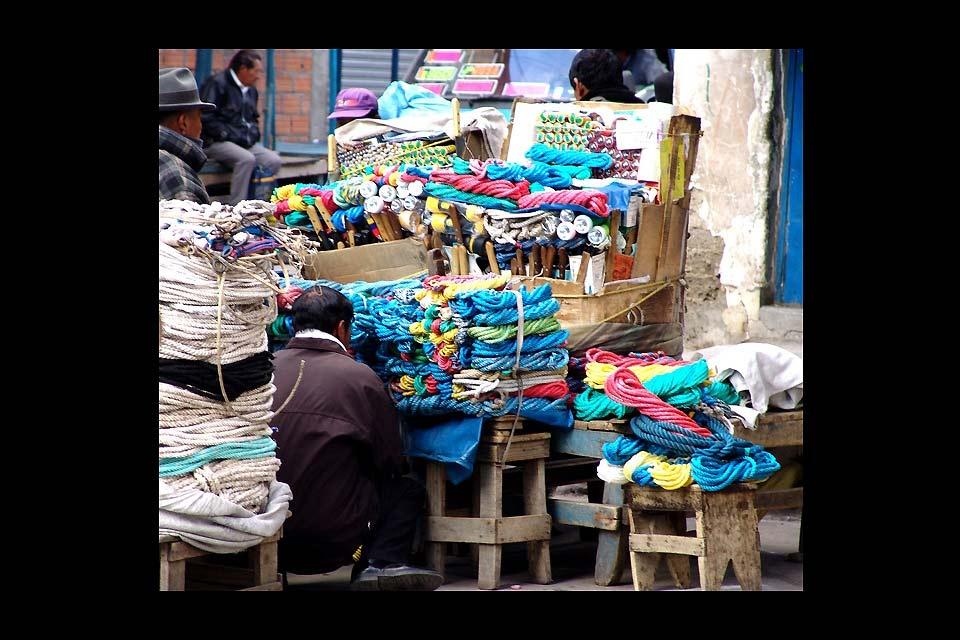 Le strade dei mercati di La Paz sono solitamente molto affollate, occorre indossare un buon paio di scarpe per non inciampare sul ciottolato.