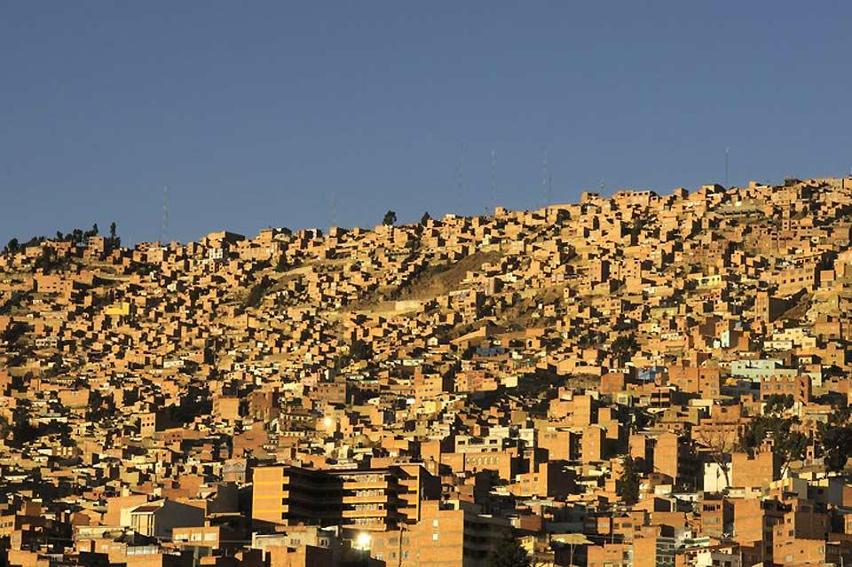 L'area metropolitana di La Paz, composta da La Paz, El Alto e Viacha, costituisce l'area urbana più popolata della Bolivia, con una popolazione di 2,3 milioni di abitanti.