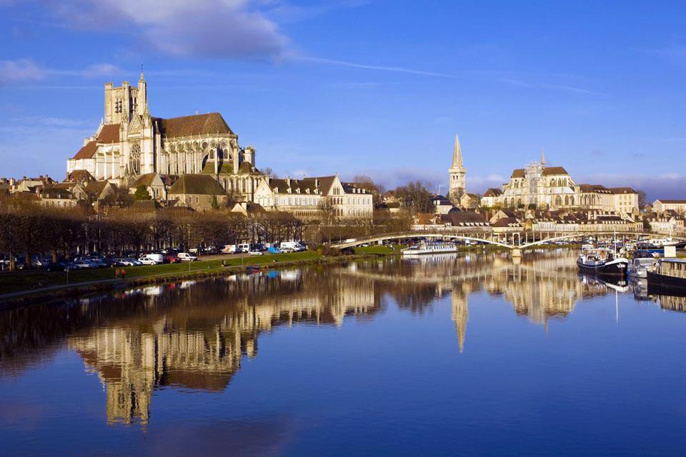 Auxerre est une ville de Bourgogne mondialement renommée pour ses vignobles et sa gastronomie. En effet, la Bourgogne est une des régions phares de la cuisine française.  Dans le vignoble auxerrois, on produit principalement les vins Bourgogne Côte d'Auxerre, le Bourgogne Coulanges-la-Vineuse ou encore le crémant de Bourgogne. A quelques kilomètres se trouve le vignoble de Chablis, où sont produits ...