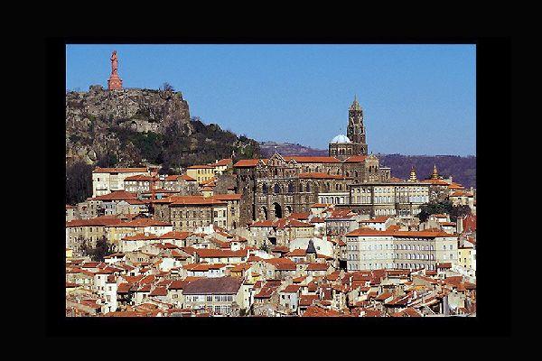 Cet édifice, situé sur le rocher Corneille, offre un panorama unique sur la ville et la cathédrale.