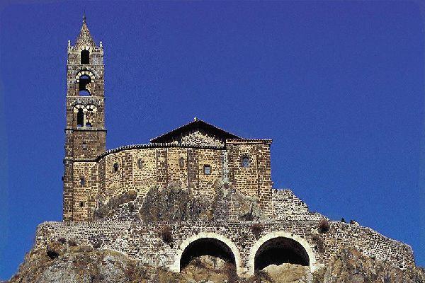 Cette chapelle romane, construite au sommet de la cheminée d'un volcan, représente une étape incontournable lors d'une visite de la ville.