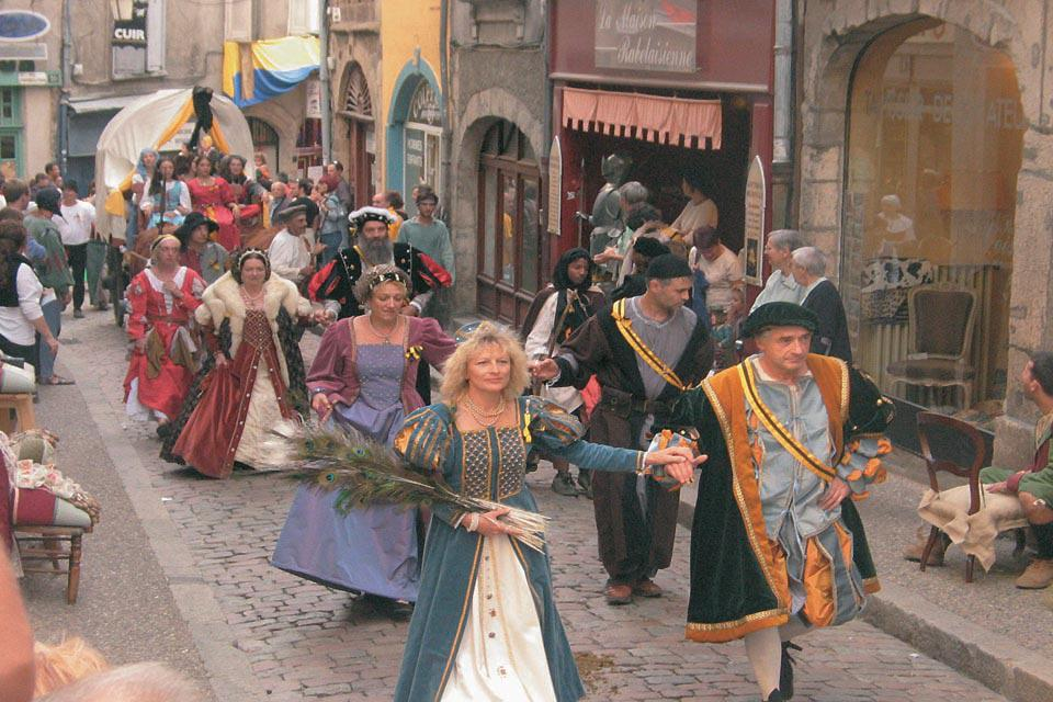 In September, the town organises a large Renaissance festival. It is the perfect occasion to discover the costumes from that period and take part in historical reenactments.