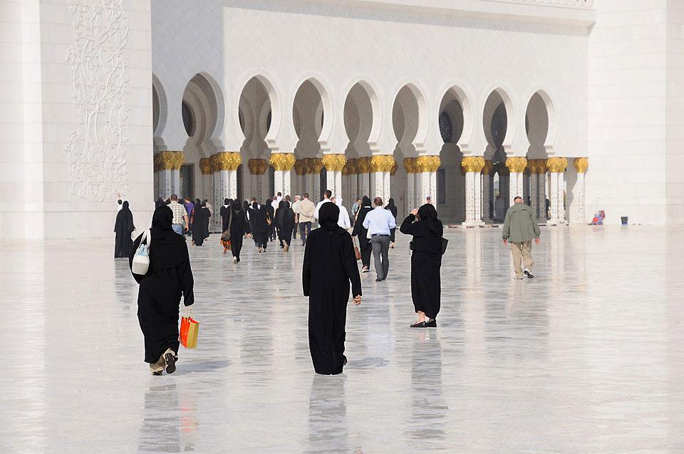 Entièrement recouverte de marbre blanc, la mosquée du Cheikh Zayed possède l'un des plus grands lustres au monde.