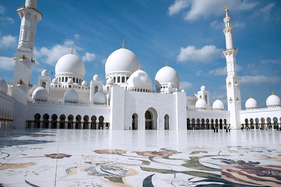 La mosquée honore la mémoire du Cheikh Zayed ben Sultan Al Nahyane, fondateur de la fédération des Emirats Arabes Unis.