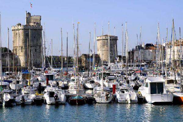 La Rochelle est un village de pêcheurs situé en bordure de l'océan Atlantique et dotée d'un riche patrimoine historique et urbain. Ville portuaire avec ses trois ports, de pêche, de commerce et de plaisance. Cité millénaire la ville a connu de grands aménagement à partir des années 50. La création du plus grand port de plaisance de la façade Atlantique permet aujourd'hui d'accueillir 3500 bateaux, ...