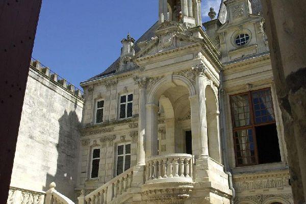 Pour se mêler aux Rochelais, il faut flâner dans les rues pavées du quartier qui abrite le monument le plus visité de la ville : l'hôtel de ville.