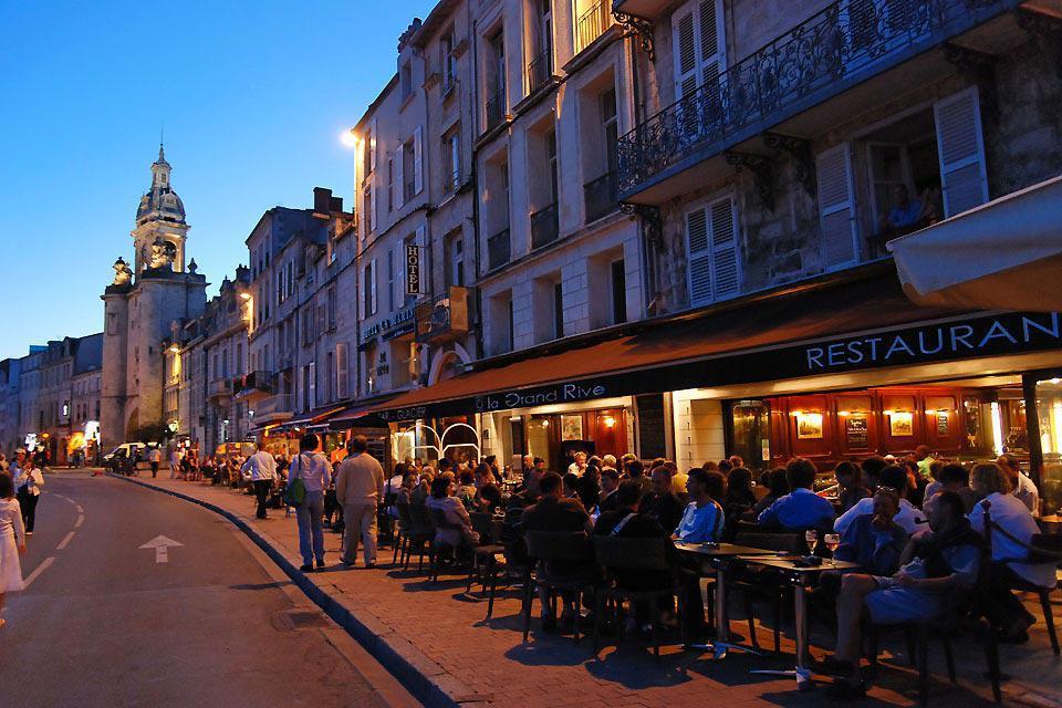En été, les touristes envahissent les terrasses des restaurants.