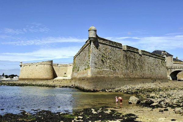 Farouchement fière de son identité bretonne, Lorient est une ville aux confins tortueux, dessinés par deux fleuves, le Scorff et le Blavet, qui la traversent avant de se jeter dans l'océan. Fondée en 1666, alors que la Compagnie des Indes s'installait non loin de là, à Port-Louis, l'économie de la ville a été longuement liée au commerce, alternant pendant des siècles cette activité avec celle du port ...