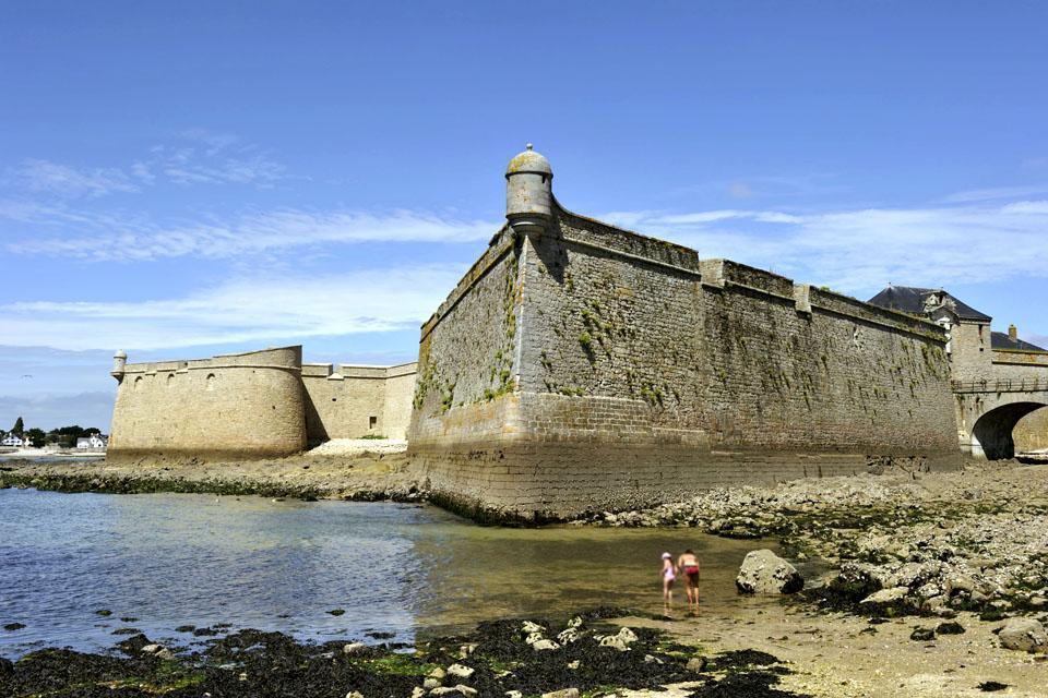 Lembo di terra dai confini arzigogolati, disegnato dallo scorrere dei due fiumi, lo Scorff e il Blavet, che passano di qui prima di confondere le loro acque con quelle dell'oceano, Lorient è una città bretone che difende orgogliosamente la sua identità. Fondata nel 1666, pressapoco nel periodo in cui la Compagnia delle Indie si installò poco lontano, a Port-Louis, la città unì per lungo tempo la sua ...