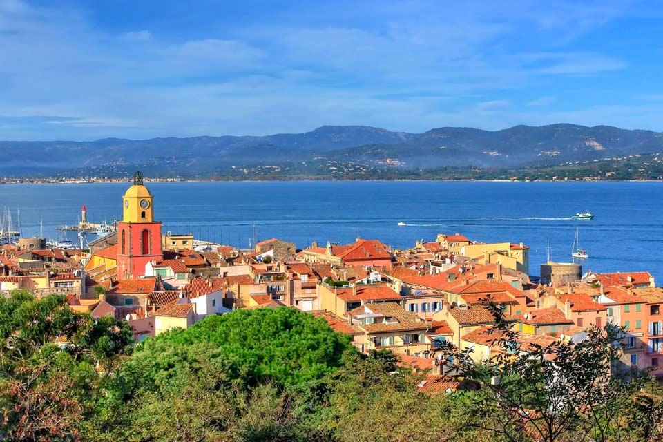 « Do you, do you, do you Saint-Tropez ? » Ce petit village de la Côte d'Azur compte seulement 4 900 habitants, mais il est pourtant l'un des plus connus au monde. Lieu de villégiature privilégié des stars et de la jet-set, quelle est donc la raison d'un tel succès ? C'est peut-être dû au charme de ses petites ruelles, à ses plages et à son port d'où partent de magnifiques yachts dont les propriétaires ...