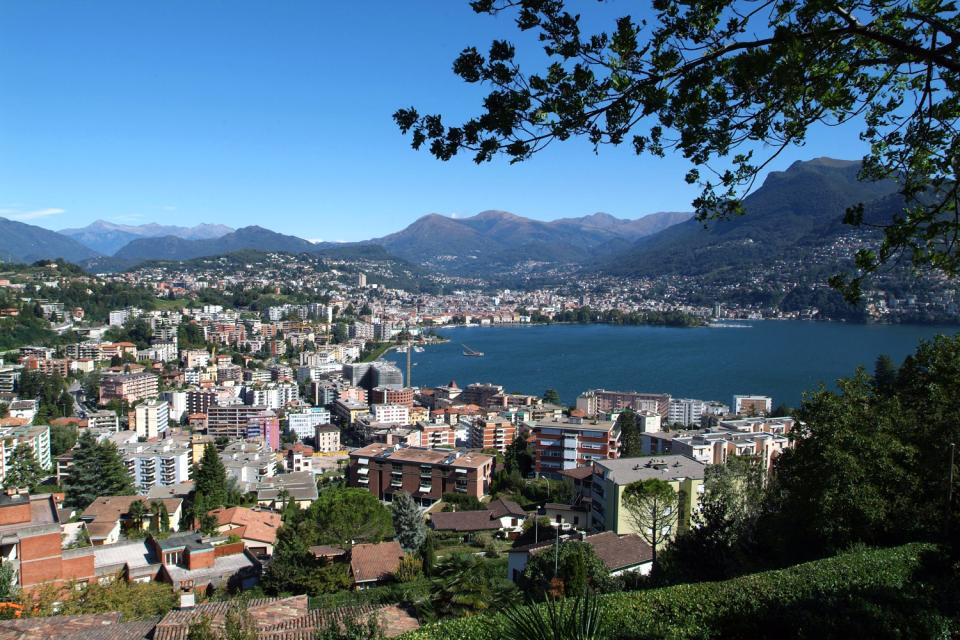 An den Ufern des gleichnamigen, von stolzen Bergen umgebenen Sees, ist Lugano ein luxuriöser Kurkurort, der neben dem Kasino über zahlreiche kulturelle Sehenswürdigkeiten wie das Museum für moderne Kunst, das Museo Cantonale d´Arte sowie die Villa Favorita, Besitz des Barons von Thyssen-Bornemisza, wo großartige Werke der modernen und zeitgenössischen Kunst zu sehen sind. Außer einem Besuch der Kathedrale ...