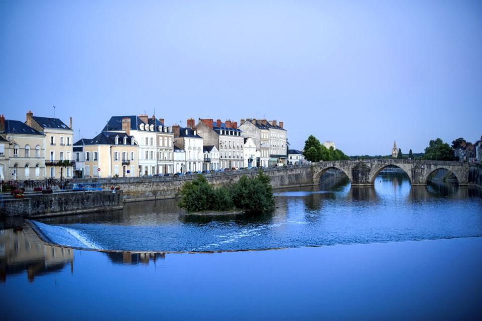 Laval, chef-lieu de la Mayenne, a su faire de son patrimoine un atout puisqu'elle est décorée du label de ville d'art et d'histoire. C'est une ville très bien desservie par le TGV et les autoroutes, ce qui la place à seulement une heure de Rennes et Le Mans. Parmi les édifices à visiter, on peutciter le Château de Laval, de style médiéval, divisé en deux châteaux : le château vieux et le château ...