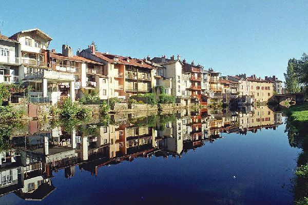 During a stay in Aurillac, you cannot help but notice the charming buildings which seem to watch over the Jordanne river.