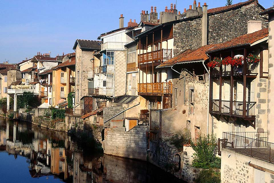 Standing on the banks of the Jordanne river you can admire old buildings dating from the 18th century.