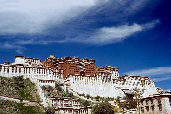 Todo viaje al Tíbet exige hacer una parada en Lhassa. La capital requiere que te quedes varios días para cogerle el gusto al país pero también para visitar los monasterios que se encuentran en un radio de unos quince kilómetros. ¿Qué puedes ver en Lhassa? No empieces por la subida al Potala, el palacio de los Dalai-lamas si no te has acostumbrado aún a la altitud. En primer lugar, pasea por la ciudad ...