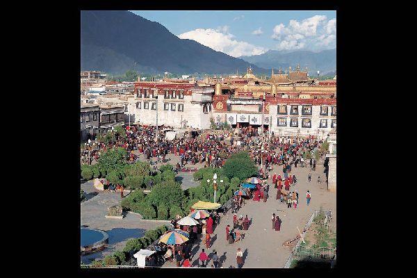 El templo, o monasterio de Jokhang, es el primer monasterio budista del Tíbet. Fue construido hacia el año 639 por el rey tibetano Songtsen Gampo.
