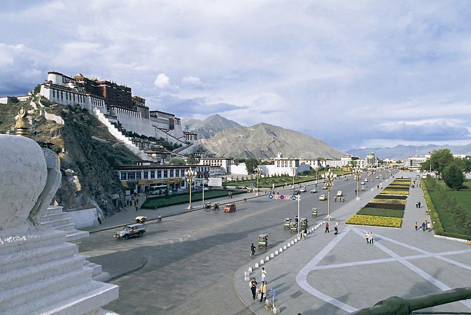 Le Palais du Potala est un antique palais-forteresse, appelé aussi dzong, qui remonte au XVIIème siècle.