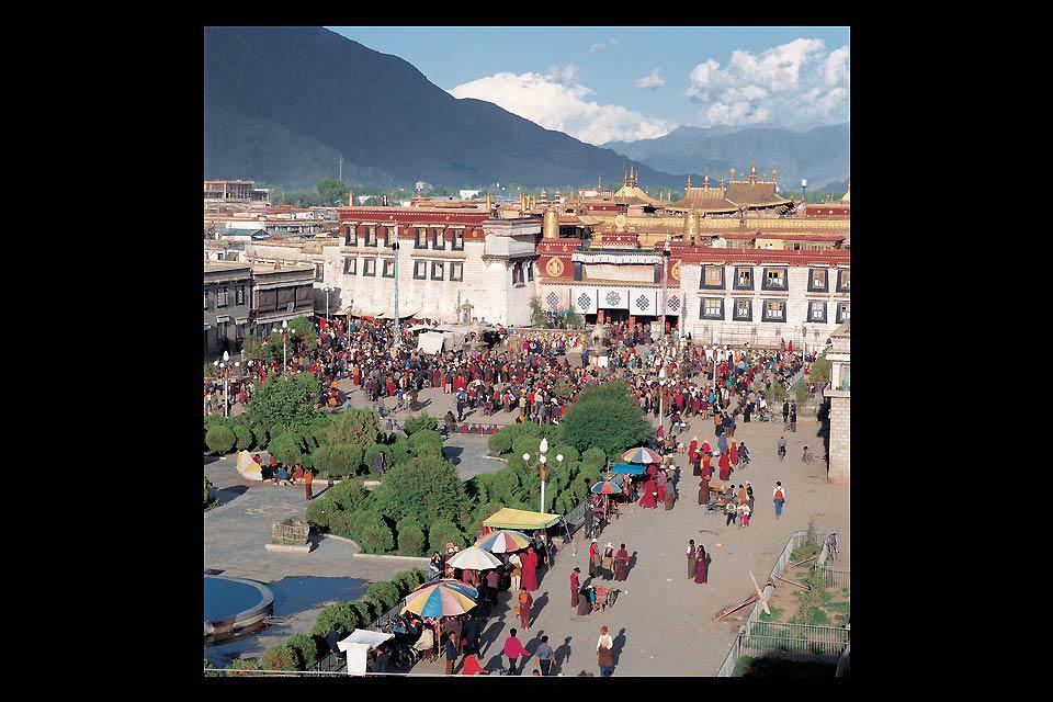 Le temple, ou monastère de Jokhang, est le premier monastère bouddhique du Tibet. Il fut construit vers l'année 639 par le roi tibétain Songtsen Gampo.