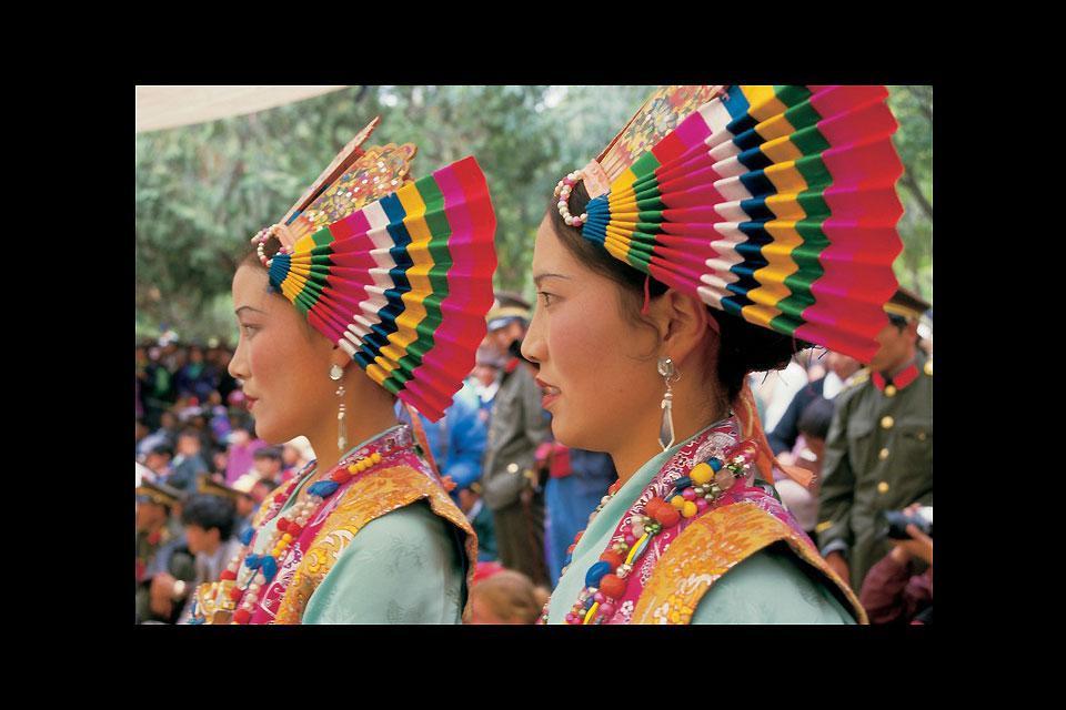 Deux jeunes filles participent à une cérémonie dans la capitale tibétaine.