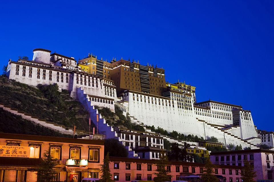 Tout périple au Tibet passe forcément par Lhassa. La capitale mérite qu'on s'y attarde plusieurs jours.