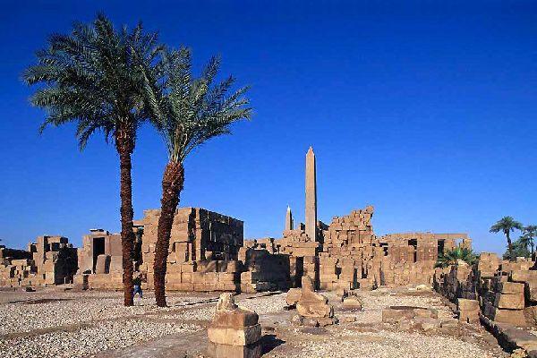 Si los faraones no hubieran decidido enterrar allí los restos de su eternidad en el desierto cercano, en la actualidad Luxor no sería más que un gran pueblo a orillas del Nilo. Todo empezó hacia el año 2.000 a. J.C. (Imperio Medio) con la dinastía de los Mentuhotep, que elevaron al dios Amón al rango de dios nacional e hicieron de Tebas la residencia real y lugar de sepultura de los faraones. Luxor, ...