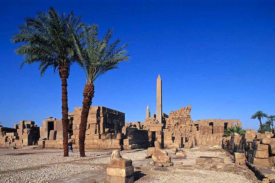 Tout a commencé vers 2 000 av. J.-C. (Moyen-Empire) avec la dynastie des Mentouhotep qui hissèrent le dieu Amon au rang de dieu national et firent de Thèbes la résidence royale et le lieu de sépulture des pharaons. Louxor, située à 660 km au sud du Caire et 225 km au nord d'Assouan, est le centre touristique d'Egypte qui concentre le plus de monuments et de vestiges anciens, avec les temples de Karnak ...