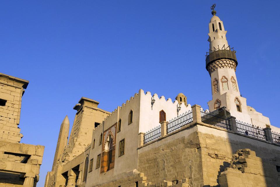 La mosquée d'Abou el-Hagag est construite à l'intérieur du temple d'Amon.