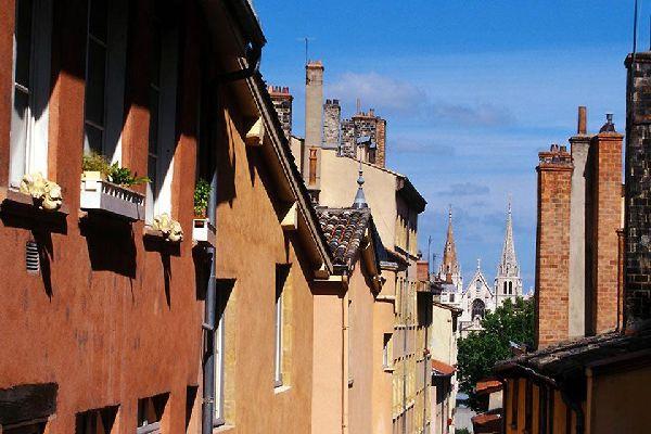 Ces petits passages cachés permettent de passer d'une rue à l'autre grâce aux cours et aux escaliers. Ils sont nombreux dans le vieux Lyon, mais beaucoup sont fermés au public.