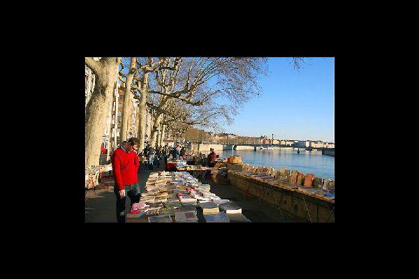 Des marchés aux livres se tiennent régulièrement. Pour les amoureux de la littérature, vous trouverez votre bonheur dans la plus grande librairie à ciel ouvert.
