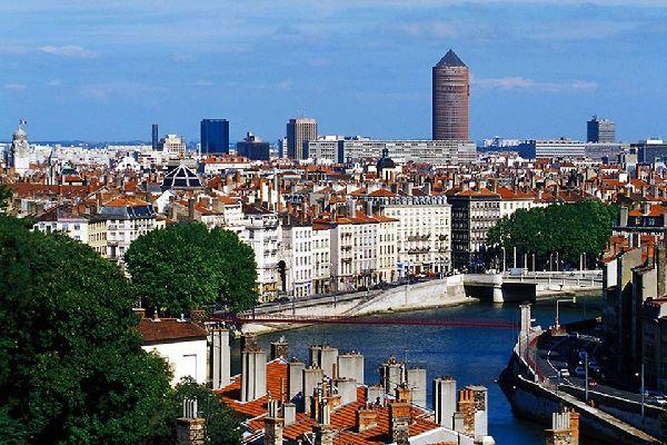 Laissez-vous charmer par une ville au panorama superbe, alliant modernité et tradition. Perchés au sommet de la ville, vous apercevrez surement le toit du Musée Gadagne.